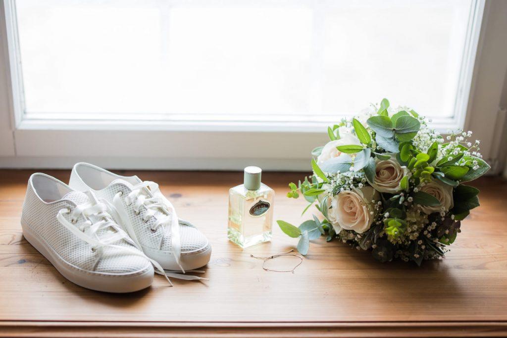 Schuhe und Brautstrauß